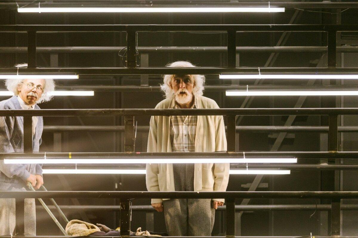 Herbert Einstein (Martin Mill) ja Allan Karlsson (Aarne Soro)