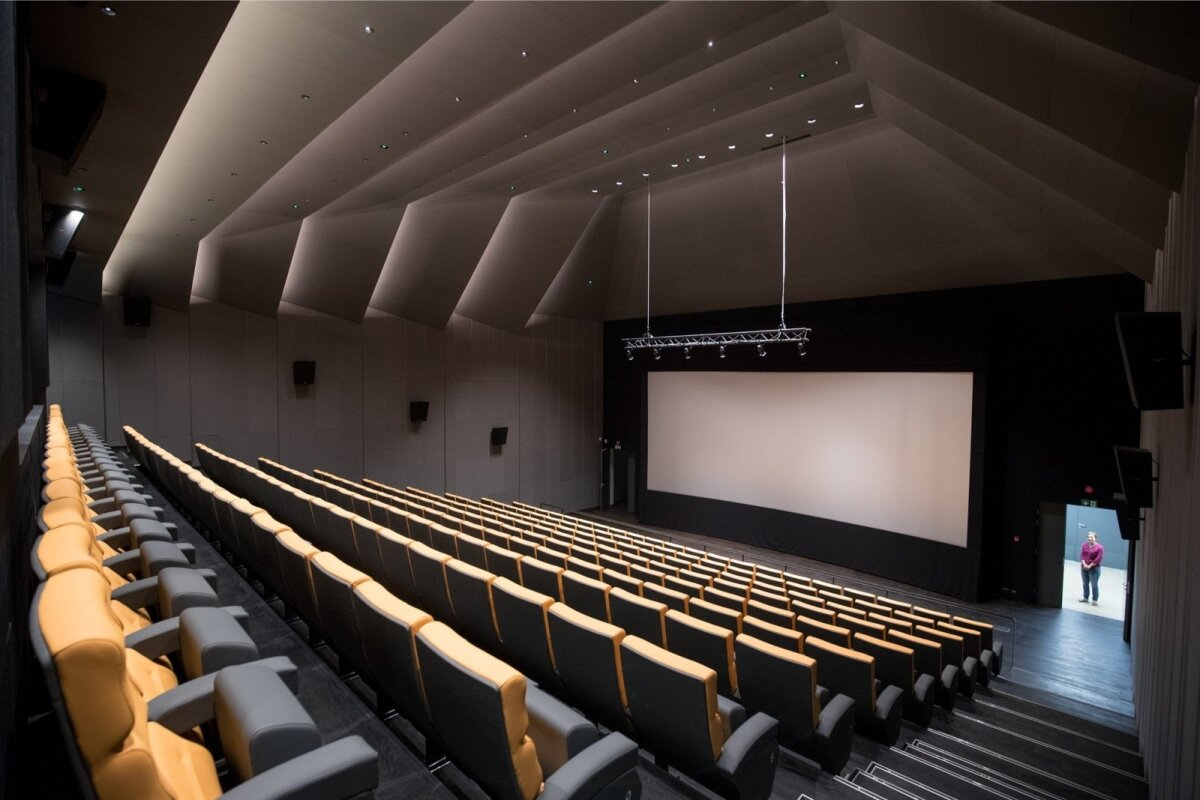 Erilise sisekujundusega kinosaal mahutab üle 200 inimese.