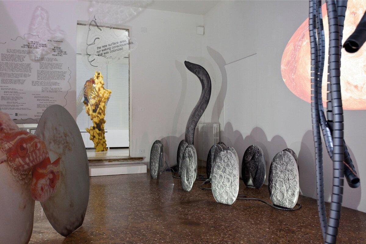 """Katja Novitskova projekt """"Kui sa vaid näeksid, mida ma su silmadega olen näinud"""" Veneetsia biennaalil 2017"""