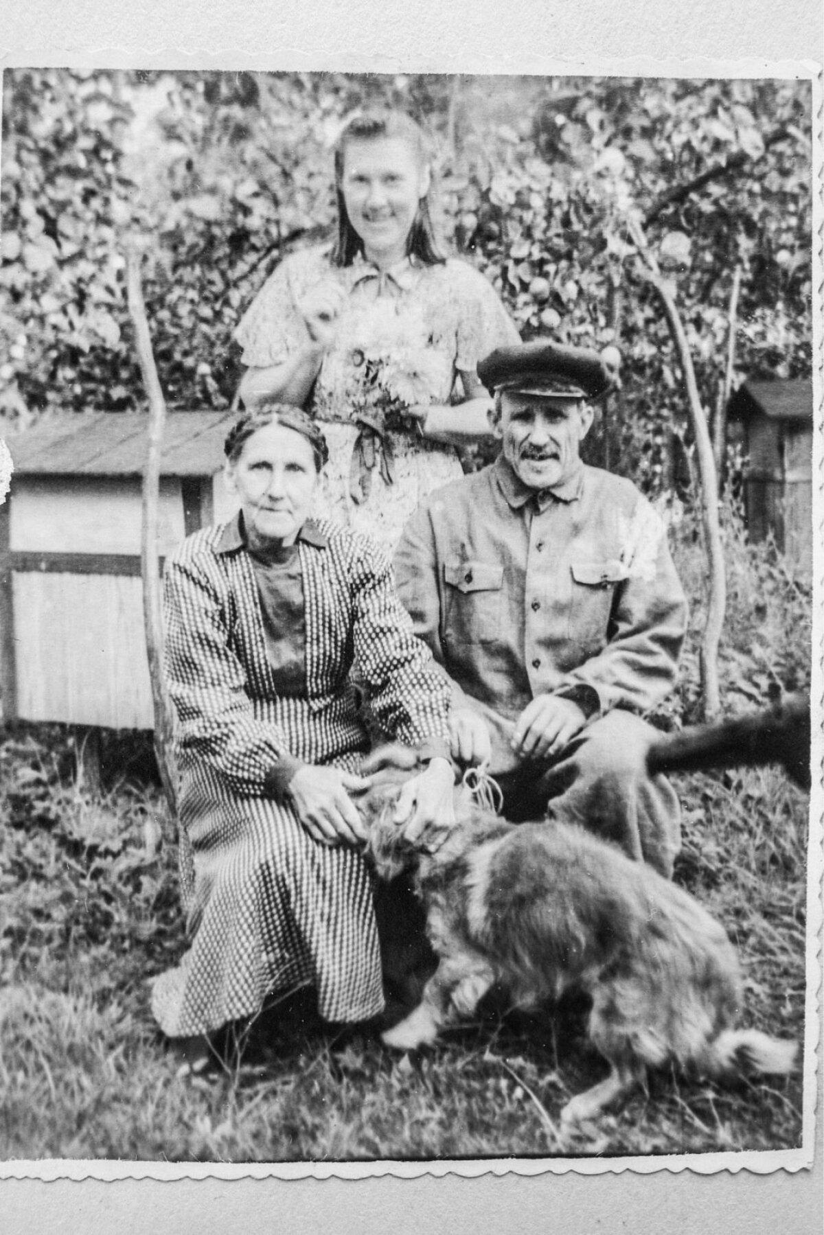 Enn Meri emapoolsed vanavanemad Tiina ja Mihkel Võõras ning ema õde Salme Võõras Saaremaal Tagamõisas.