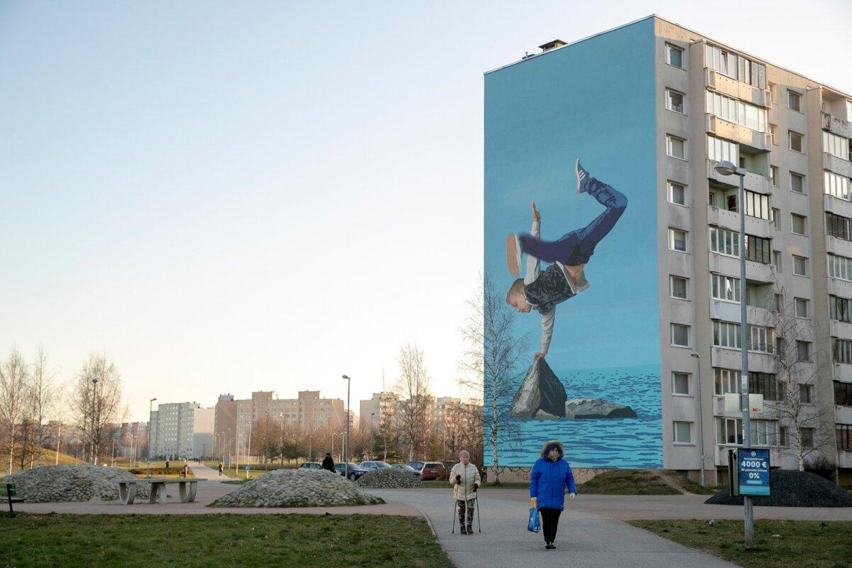 """Kivila 46 aadressil asuvat kortermaja seina ehib OÜ Tajuruumi ja OÜ Risoomi tehtud maaling, mis kannab nime """"Sport"""" ja kujutab Linda kivile toetuvat breikivat poissi. Maalingu hinnaks kujunes 27 840 eurot."""