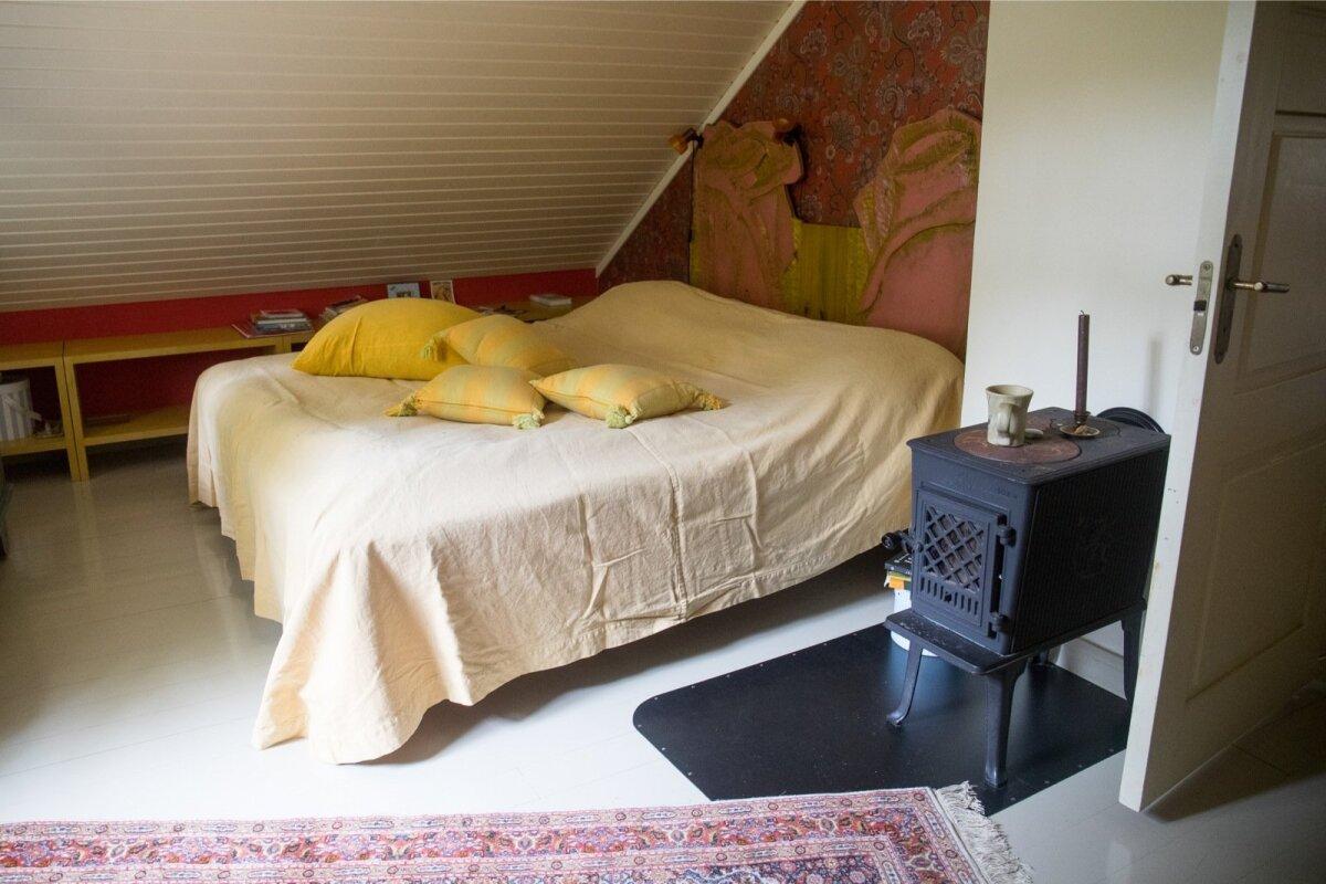 Lihtne magamistuba, kus sooja annab äge ahi.