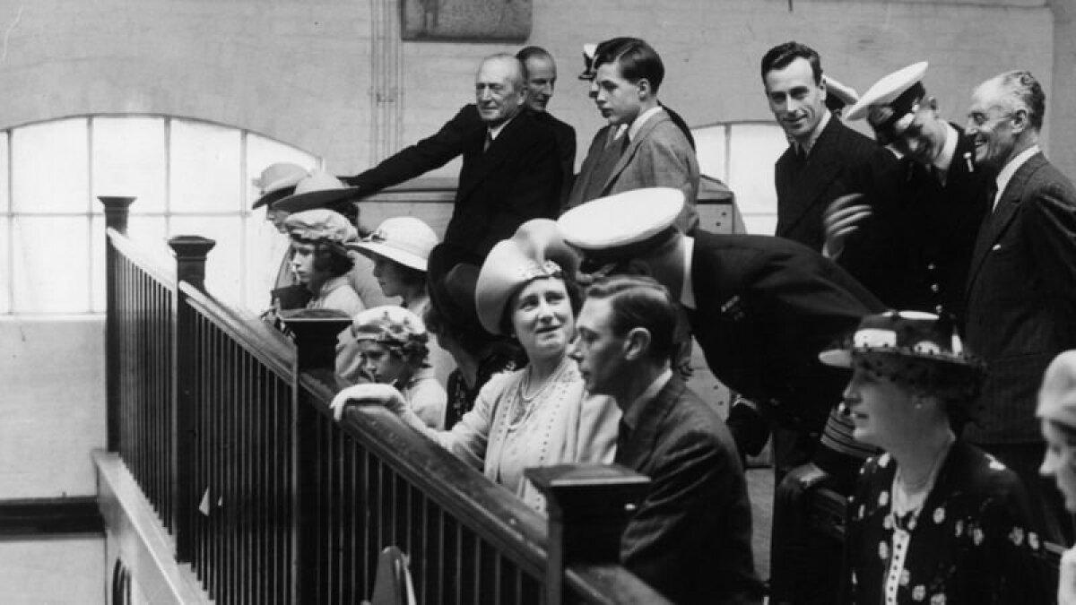 Принцесса Елизавета (третья слева) в часовне Королевского военно-морского колледжа в Дартмуте со своими родителями в июле 1939 года. На этой же фотографии молодой кадет, принц Греции и Дании Филипп (стоит второй справа)