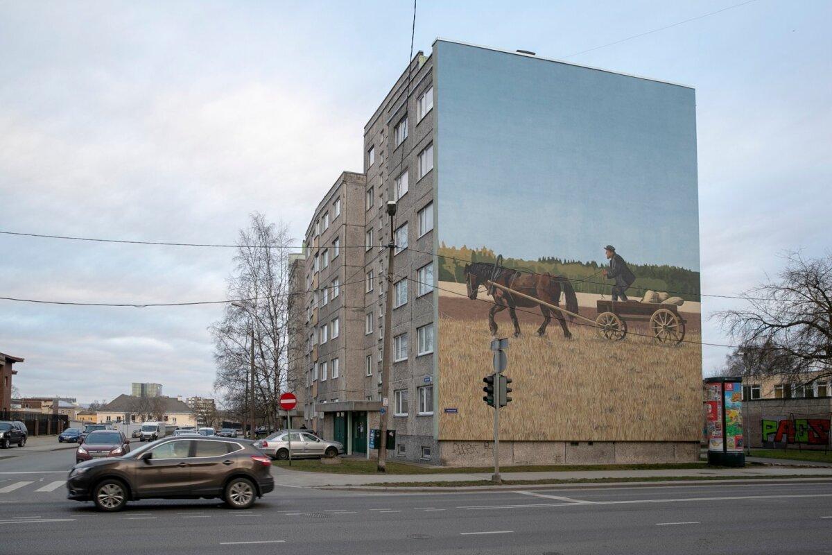 """Juhkentali 23 / Keldrimäe 2 seinamaaling """"Jõuvanker"""" on inspireeritud """"Tõe ja õiguse"""" stseenist. Autor on Edgar Tedresaar."""