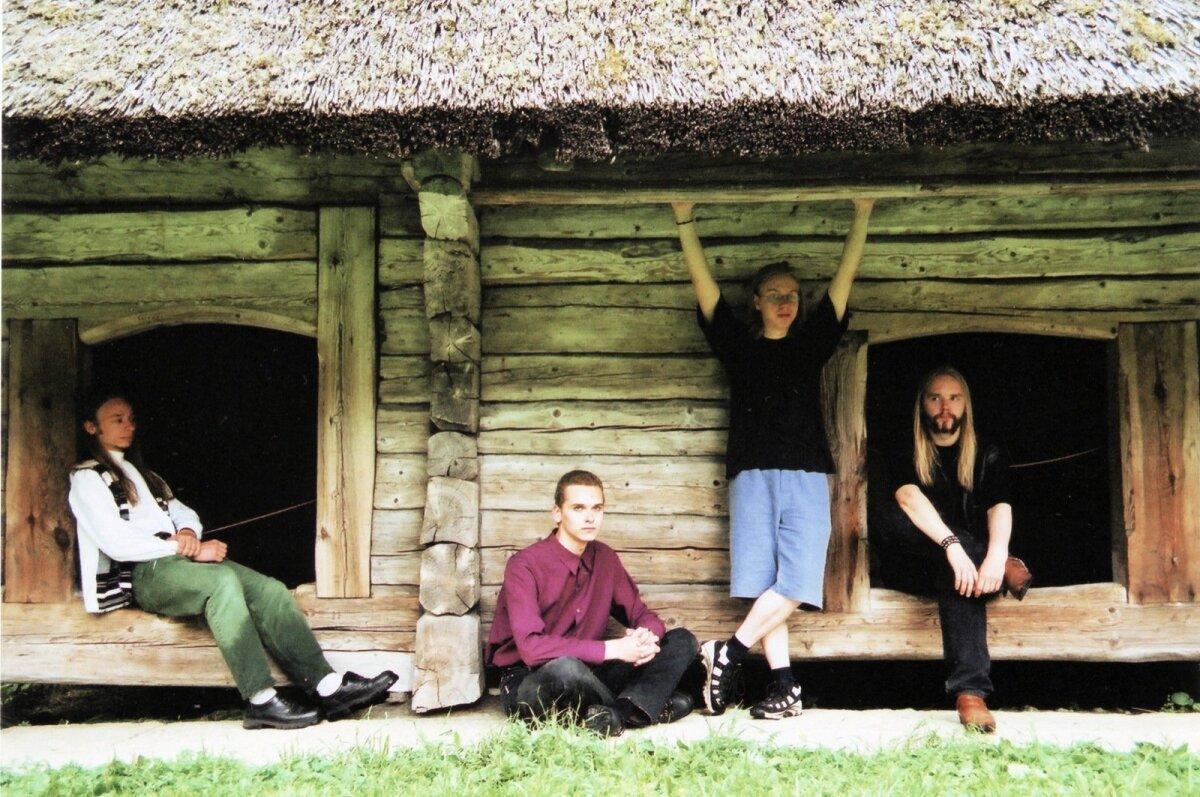 """Metsatöll aastal 2000 vabaõhumuuseumis. Vasakult: Lauri """"Varulven"""" Õunapuu, Andrus Tins, Silver """"Factor"""" Rattasepp ja Markus """"Rabapagan"""" Teeäär."""