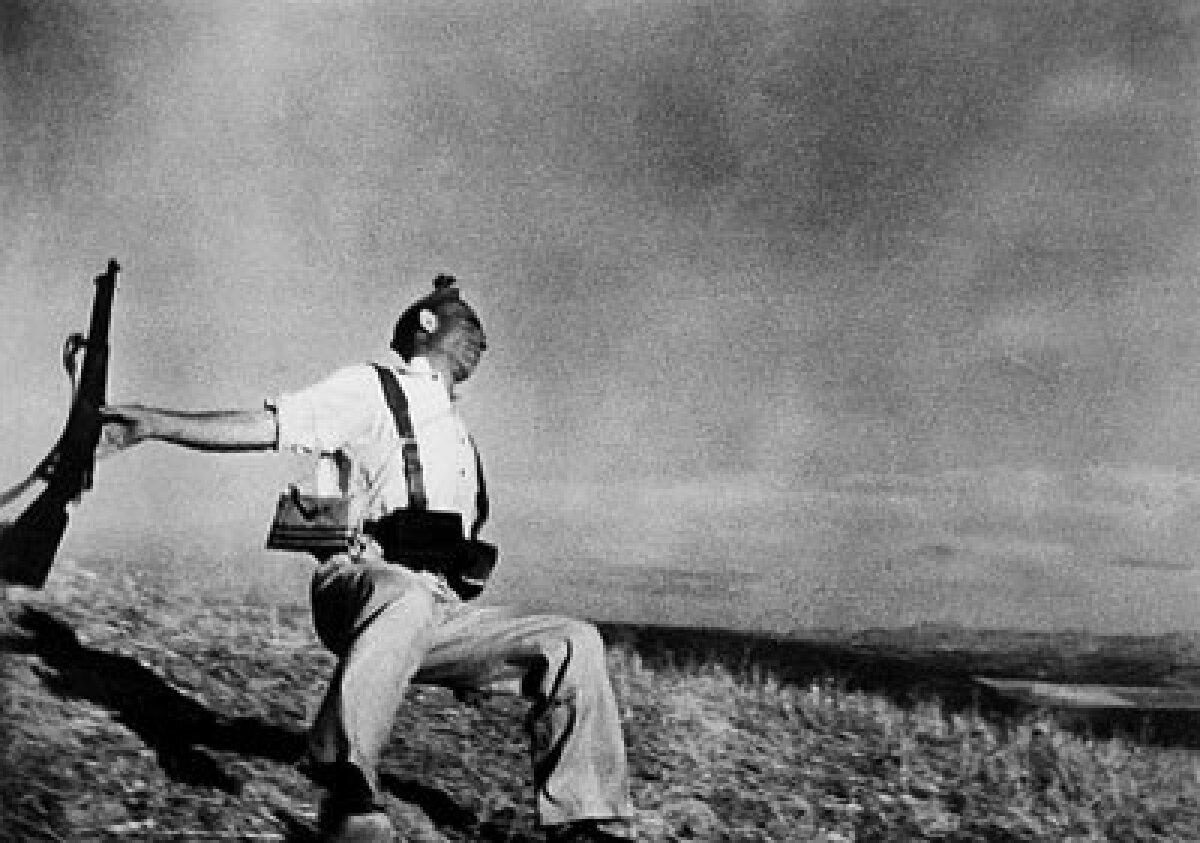 Omakaitseväelane surmahetkel. Foto: Robert Capa