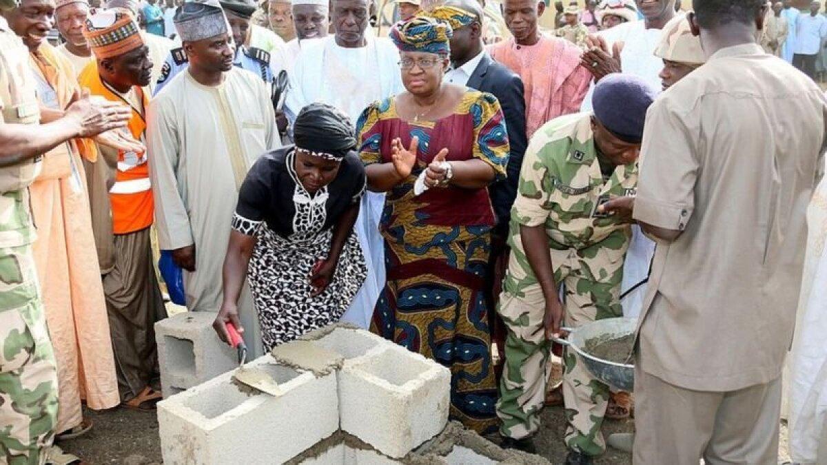 """На закладке фундамента нового здания школы в Чибоке, разрушенной боевиками """"Боко Харам"""""""