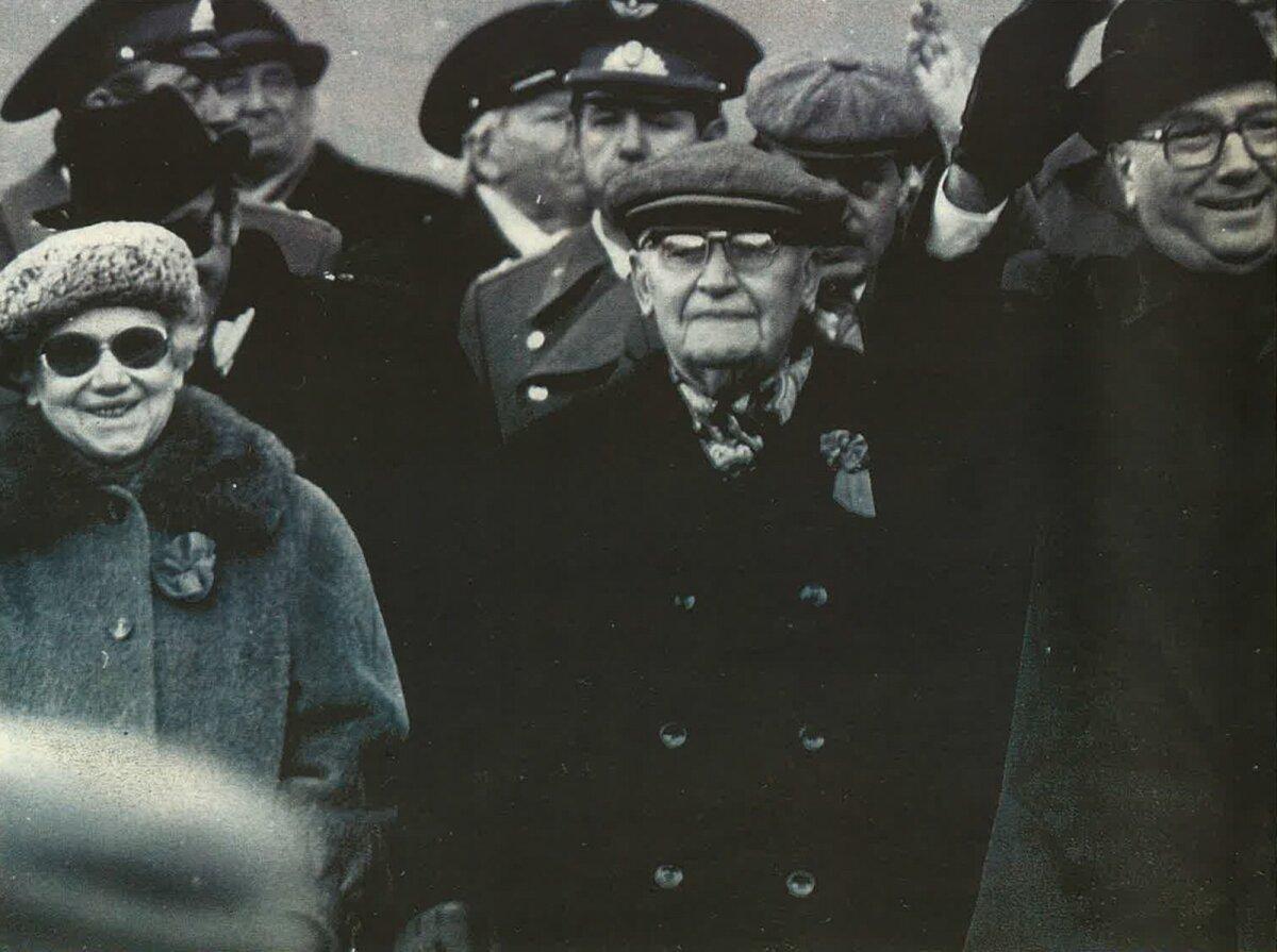 VANA KAARDIVÄGI: 7. november 1987: Olga Lauristin ja Hendrik Allik (tema kõrval) paraadil.