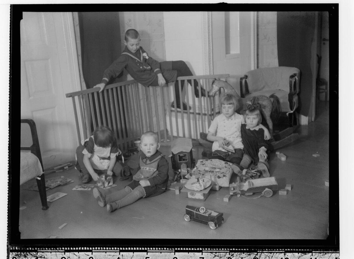 Lapsed mänguhoos (Tartu, 1932).