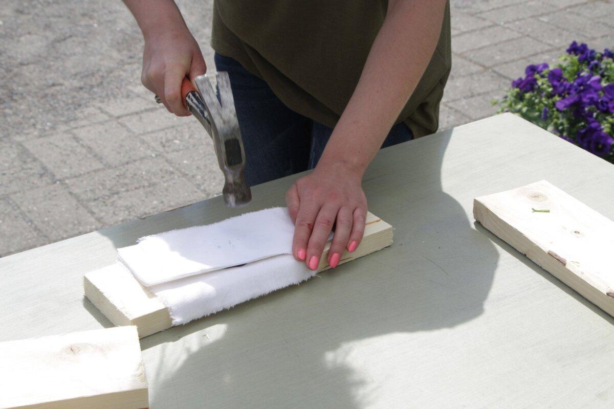 Asetage lauatükile ettevalmistatud kangatükk ja sinna peale sättige lilleõis. Katke see majapidamispaberiga ning koputage seejärel vasaraga tihedalt peale, et värvipigment taimest eralduks.