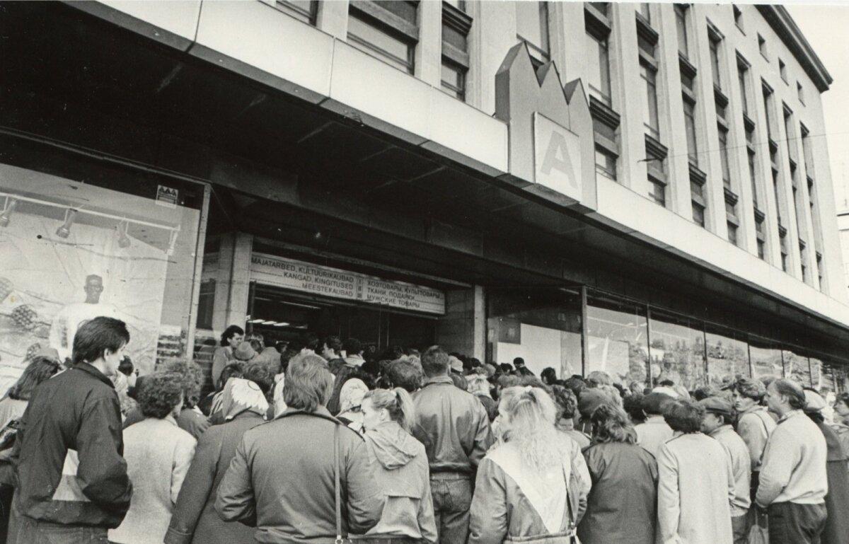 Tallinna kaubamaja ukse taga avamist oodates.