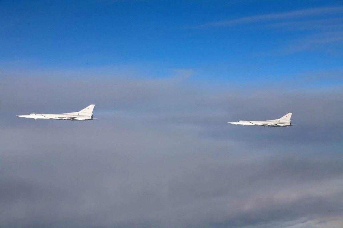 2X Tu-22M pildistatuna Soome hävitajalt