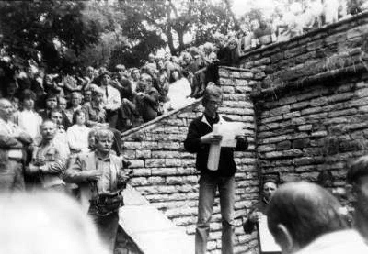 Hirvepark. Kõnet peab Heiki Ahonen.Tema kõrval Jüri Mikk. Foto: Okupatsioonide muuseum