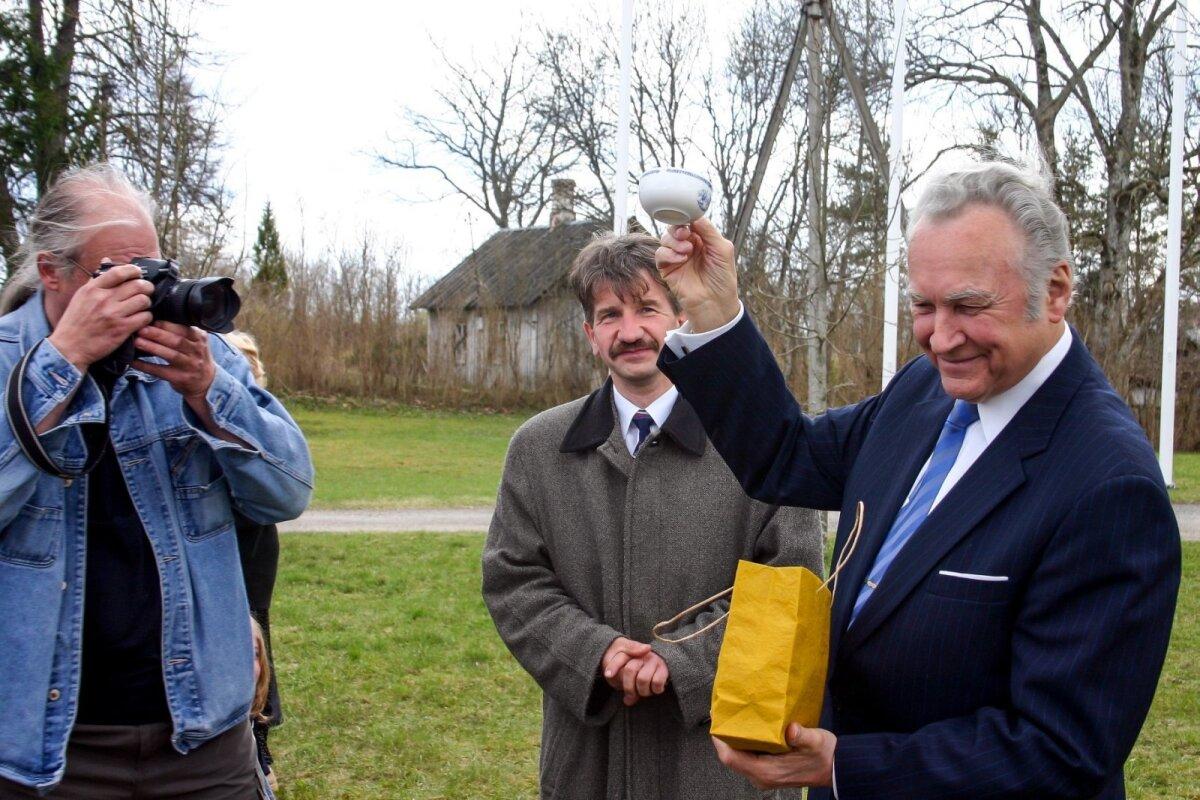 2005. aasta 9. mail sõitis president Arnold Rüütel mitte Moskvasse, vaid Vargamäele, kus teda tervitas Albu vallavanem Kalju Kertsmik. Sven seisis loomulikult kohe kõrval, sest tagareast oma lugejatele häid pilte ei too. See on amet, kus tagasihoidlikkust saab endale lubada töövälisel ajal.