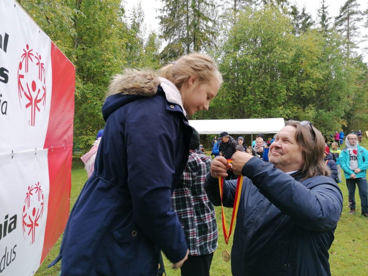 Lions klubide esindaja Raivo Kokser sportlastele medaleid kaela riputamas