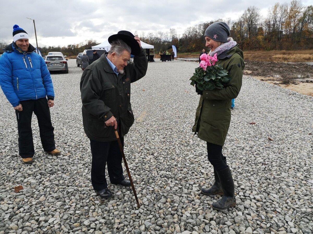 Sindi paisu lammutamise eest võidelnud Hans Soll tõi keskkonnaagentuuri projektijuhile Külli Tammurile tänutäheks lille.