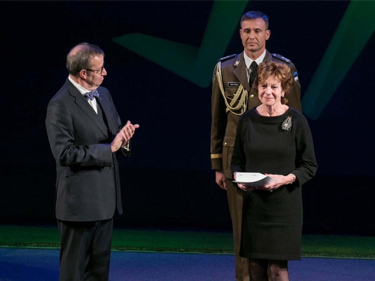 Neelie Kroes received the decoration personally from President Toomas Hendrik Ilves.