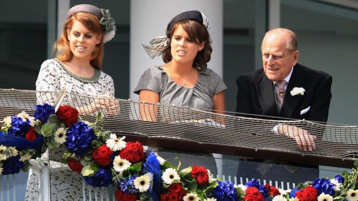 Букингемский дворец опубликовал фотографию герцога с принцессой Беатрис и принцессой Евгенией на фестивале в Дерби в 2012 году