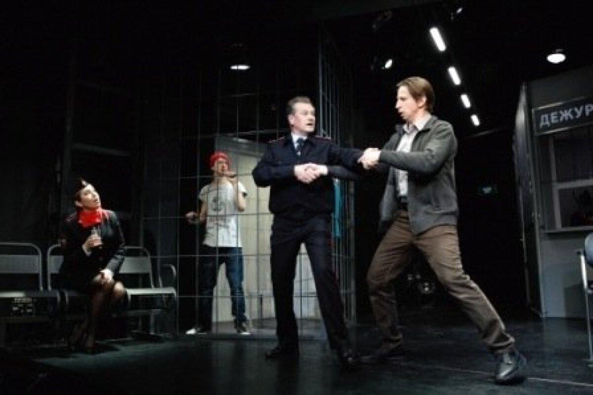 """""""Mees Podolskist"""" on Venemaal viimase paari aasta enim lavastatud näidend. Pildil käib kinnipeetule üsna mõttetu tantsu õpetamine. Paremalt: Mees Podolskist – Dmitri Lõsenko ja Esimene politseinik –Venemaa teeniline kunstnik Sergei Vlasov."""