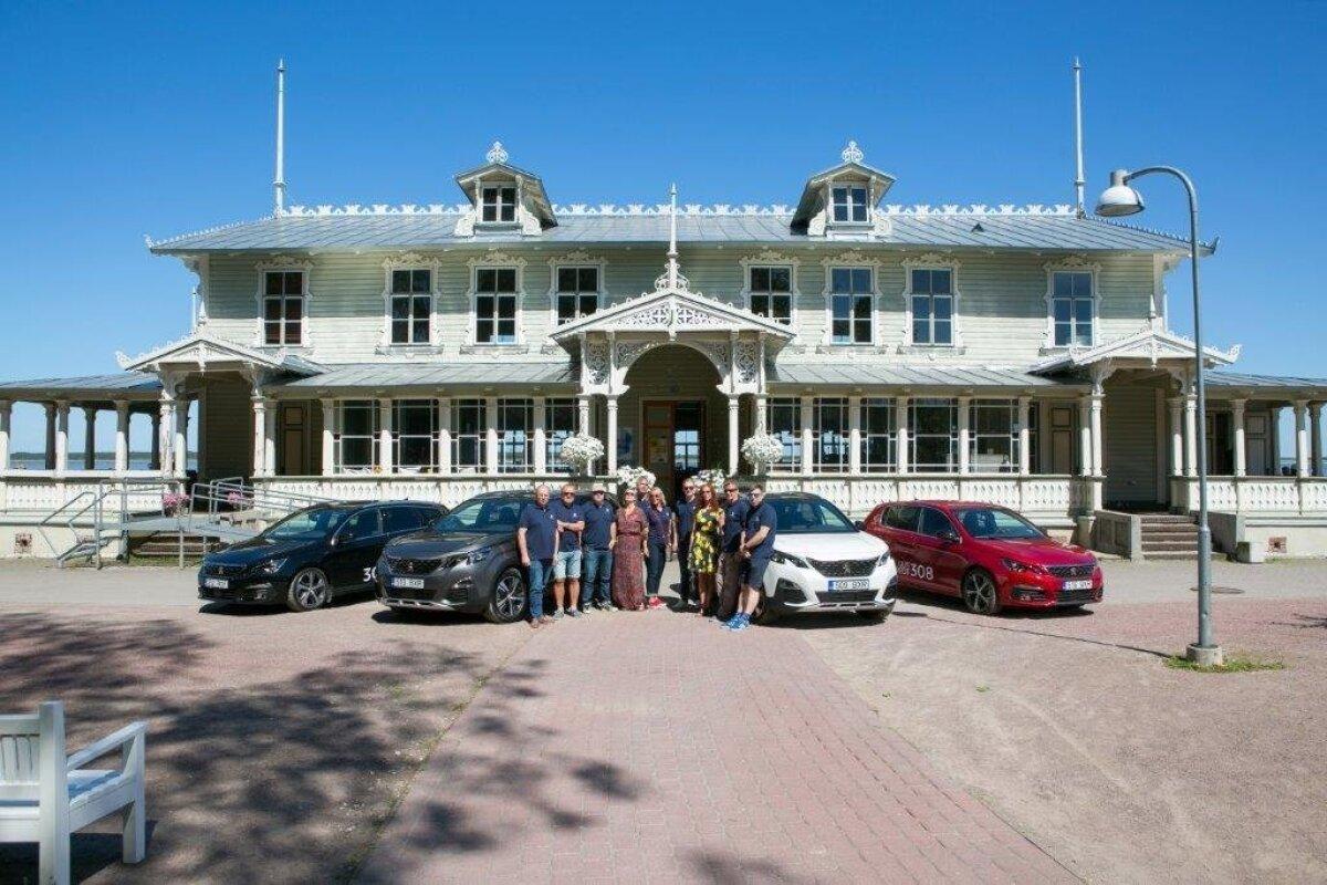Eesti autoajakirjanikud poseerivad Peugeot autode taustal