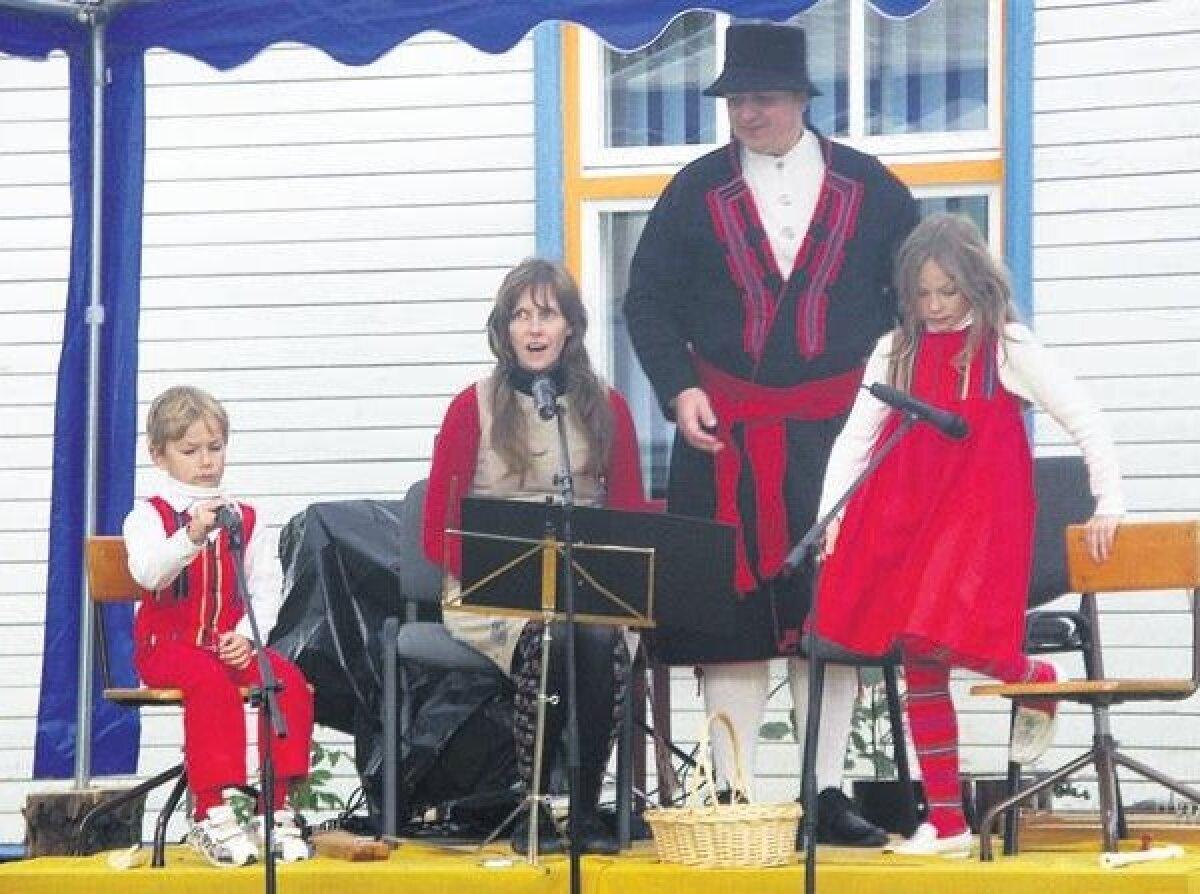 Perekond Forsel Viljandimaalt kogu perega esinemas.