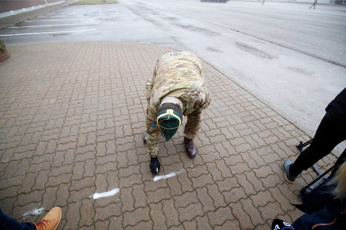 Ajakirjanikud ja fotograafid kupatatakse piiride taha, mis spreivärviga maha joonistatakse.