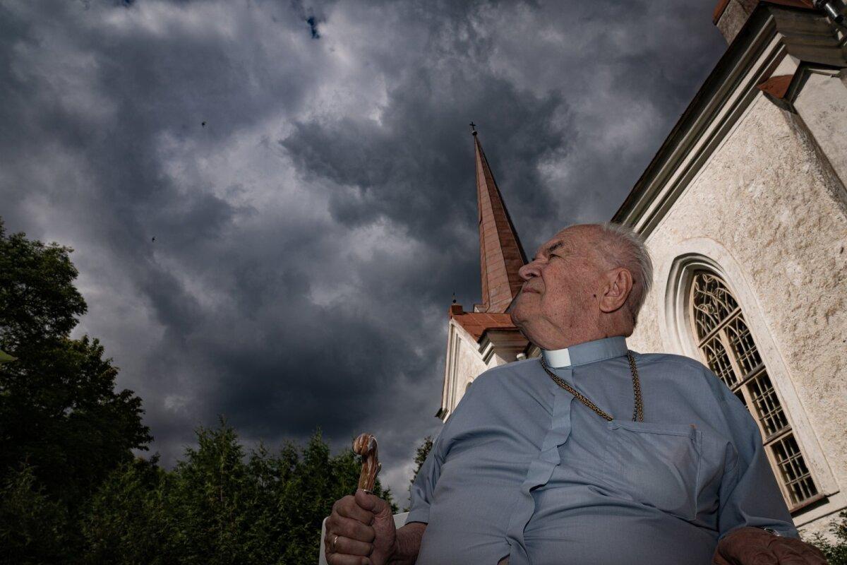 Mustvee kogudust pea kuus aastakümmet teeninud õpetaja Eenok Haameri jutlused ja tõsielulised pajatused haaravad kuulajat. Neis leidub nii muhedaid humoorikaid tähelepanekuid kui novellilikke süžeeliine.