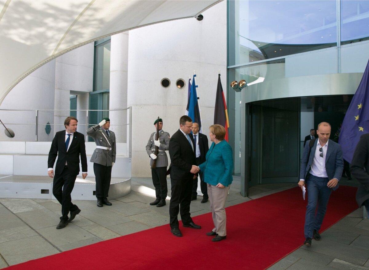 Eesti Päevalehe välisuudiste juht Raimo Poom (paremal) sai Angela Merkeli ja Jüri Ratase kohtumise järgsel pressikonverentsil esitada esimese küsimuse.