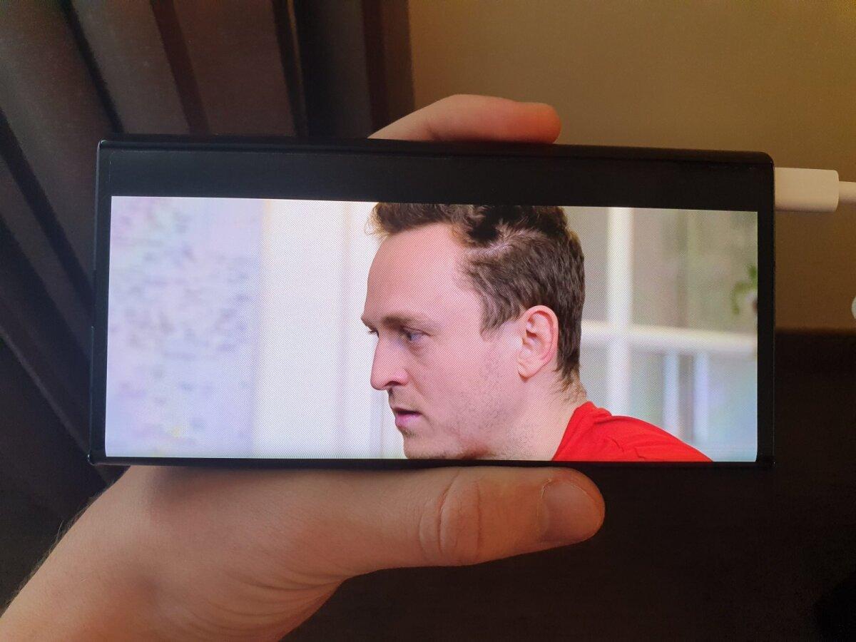 Kui ekraan kokku voltida, lõigati osa videopildist lihtsalt ära.