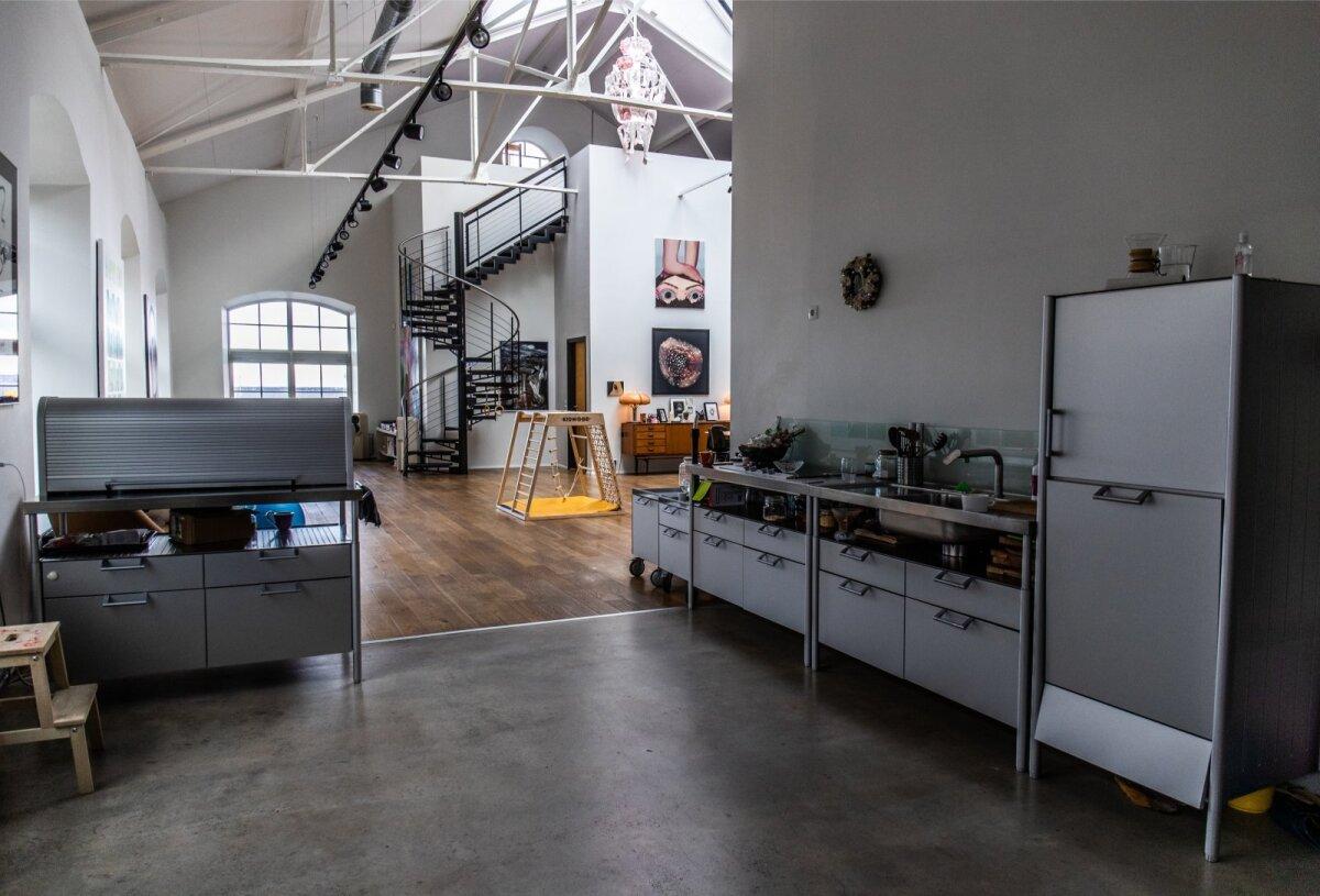Köök paikneb esiku ja elutoa vahel ning Olga nimetab seda nomaadiköögiks. Kõiki mööbliesemeid saab paigast liigutada.