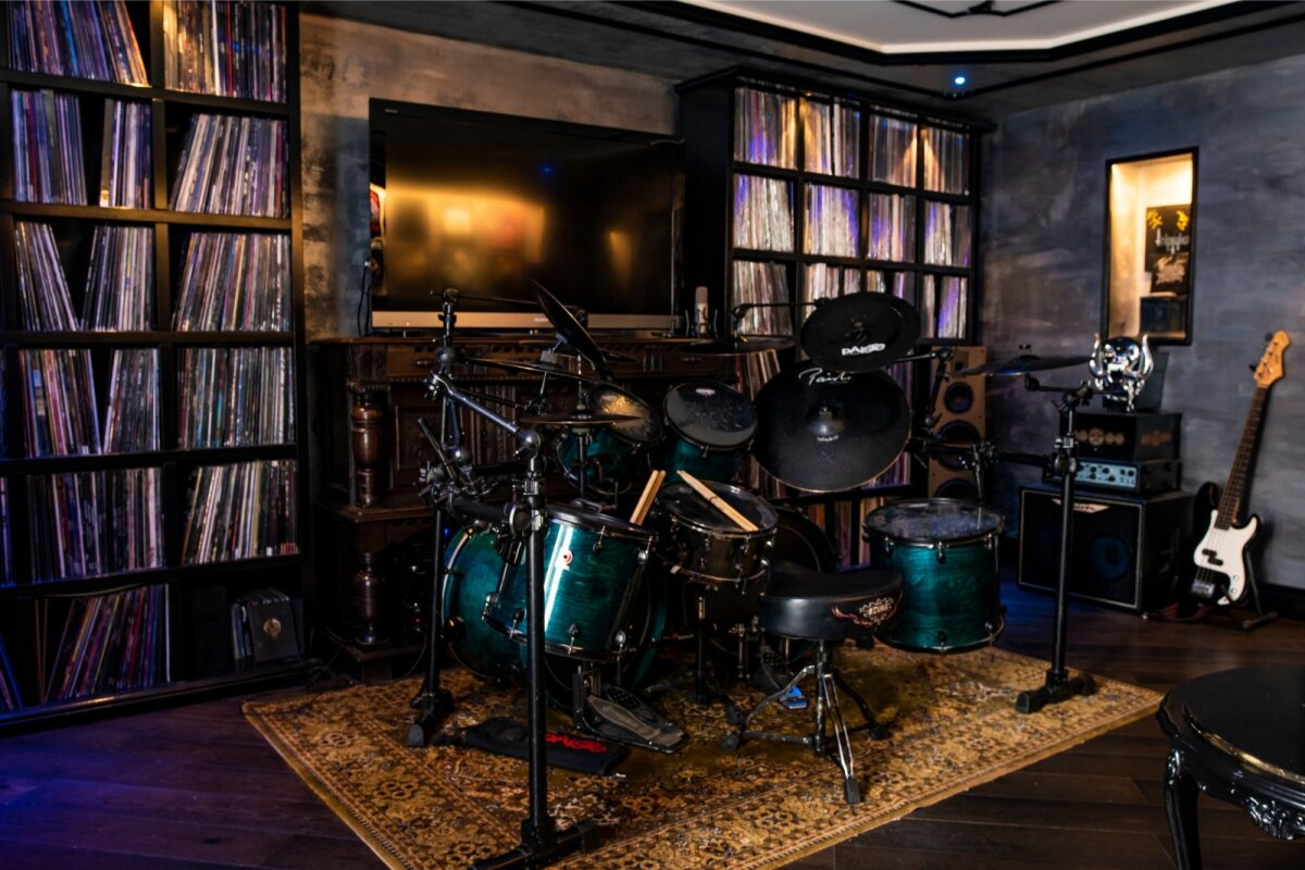 VÕIMAS PLAADIKOGU Marko toas on kesksel kohal trummikomplekt ja 2903 vinüülplaati.