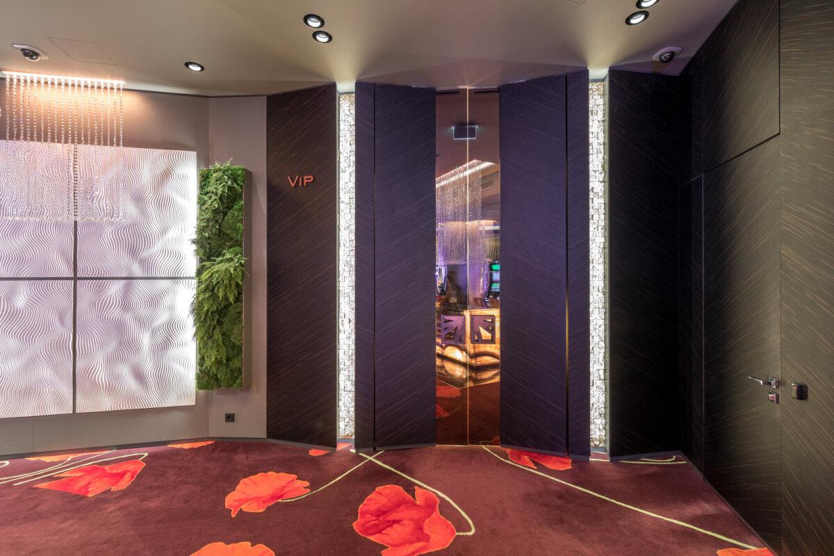 В интерьере Hilton Tallinn Park Hotel Olympic Casino использован шпон эбен амара ALPI.
