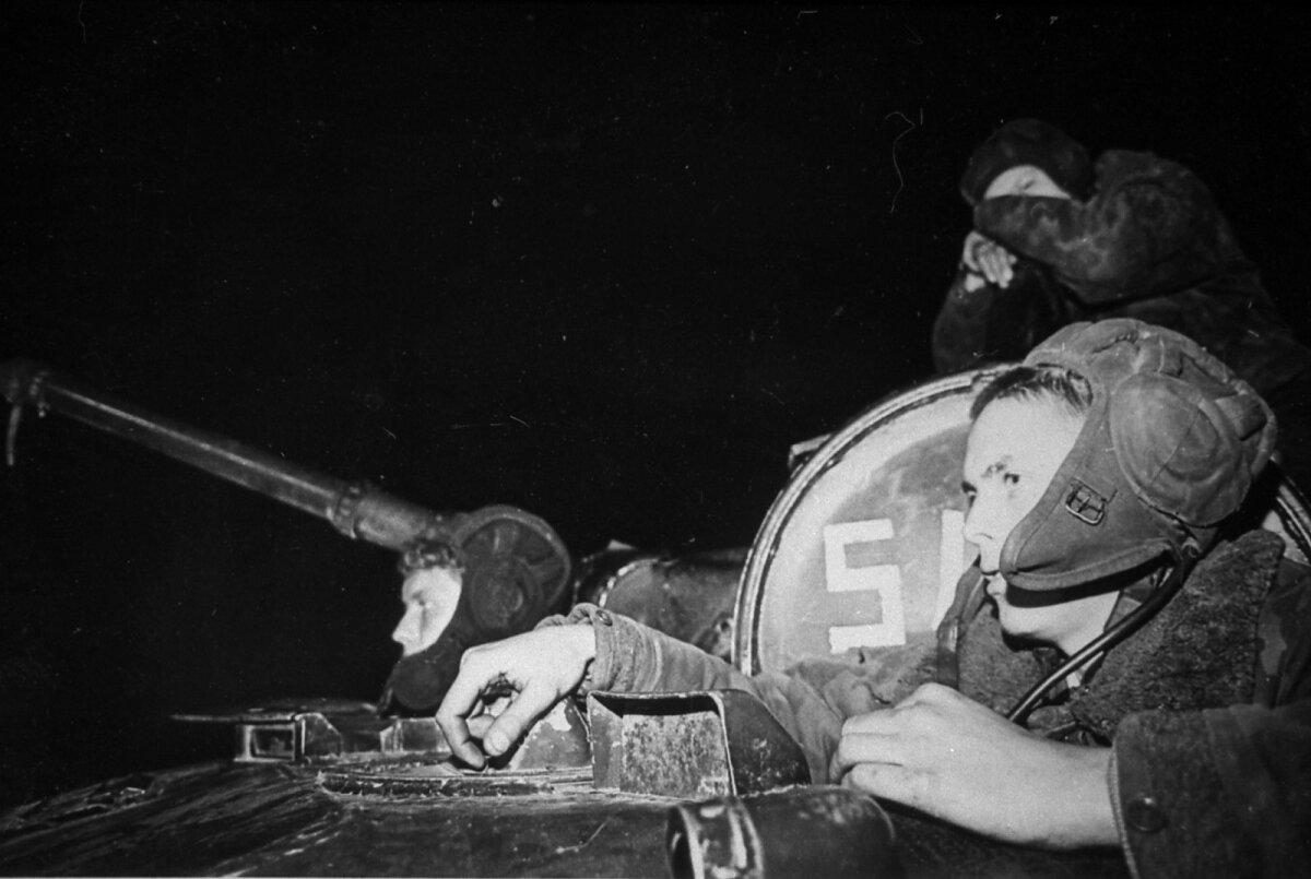 """Nõukogude dessantväelased teletorni juures. Foto raamatust """"Leegitseval piiril"""", autor Tiit Veermäe"""