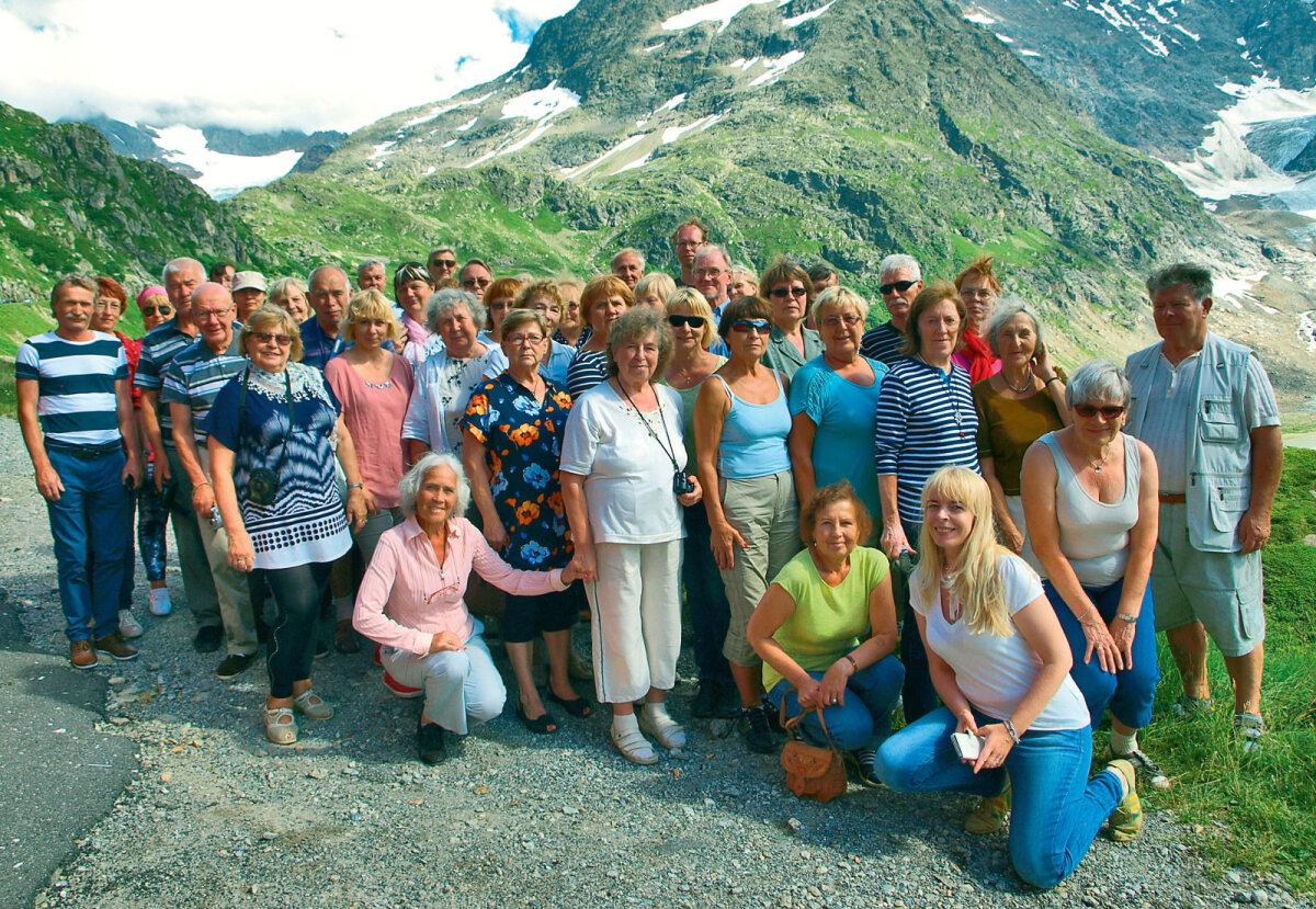Maakodu lugejareisil osalejad Šveitsi lumiste mäetippude ja liustike ees.