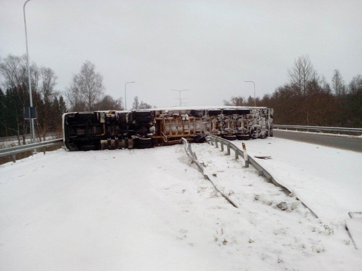 Ääsmäel on avarii teinud veoauto, mis on kahe sõiduraja vahel külili. Ühtlasi on ta lõhkunud ka teepiirdeid.