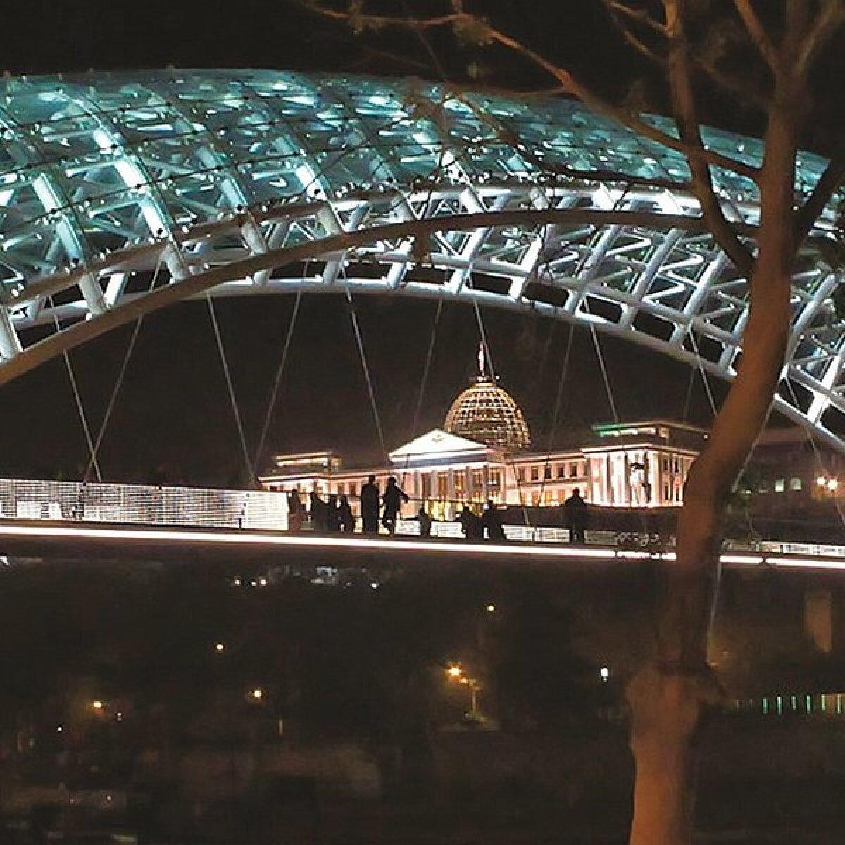 Tuledesäras Tbilisi vabaduse sild.
