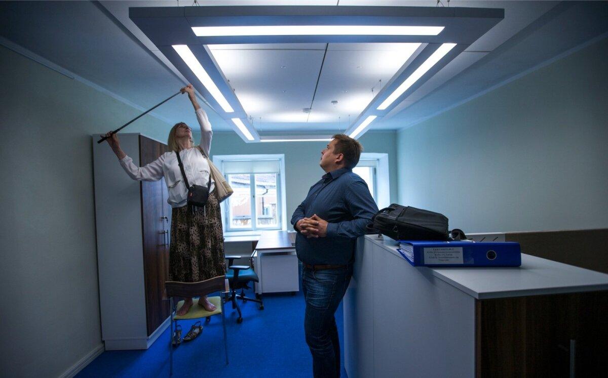 Riigikontrolli uus hoone Toompeal.Pildil Tiiu Tamm - valgustuse asjatundjaja RKASi projektijuht Mihkel Mäger.