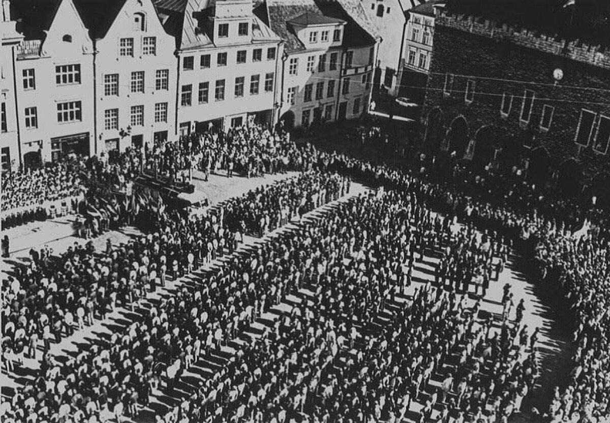 20. mai 1990. Eesti Kodukaitse rivistus vandeandmiseks Tallinnas Raekoja platsil.