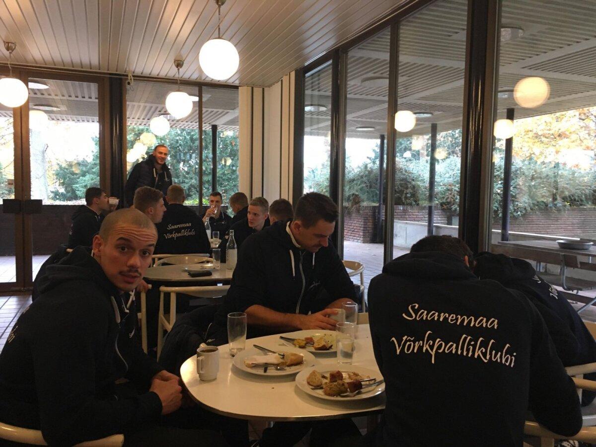 Saaremaa võrkpallurid einestamas.