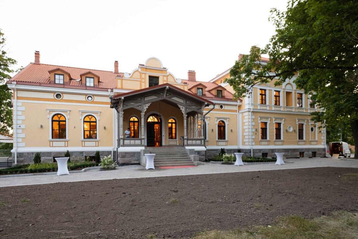 UUES SÄRAS 1880. aastal parunipere von Ungern-Sternbergide ehitatud, esimese Eesti Vabariigi ajal riigistatud ja Nõukogude ajal aastakümneid eri jõustruktuuride käes olnud mõisa ostis kolme aasta eest osaühing Modify, kus Viktor Siilats on enamusosanik.