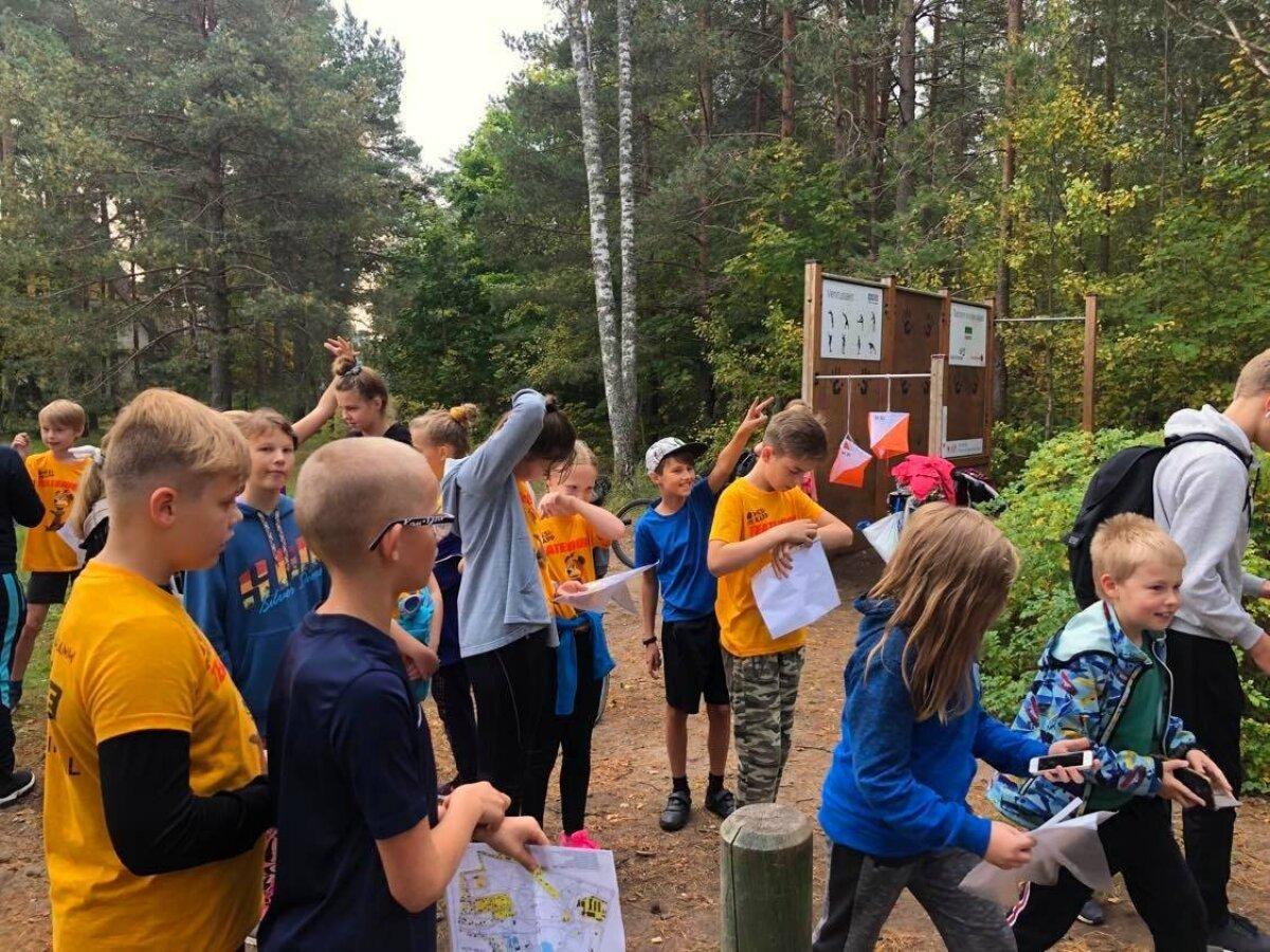 Viienda klassi õpilased orienteerumispäeval Glehni pargis