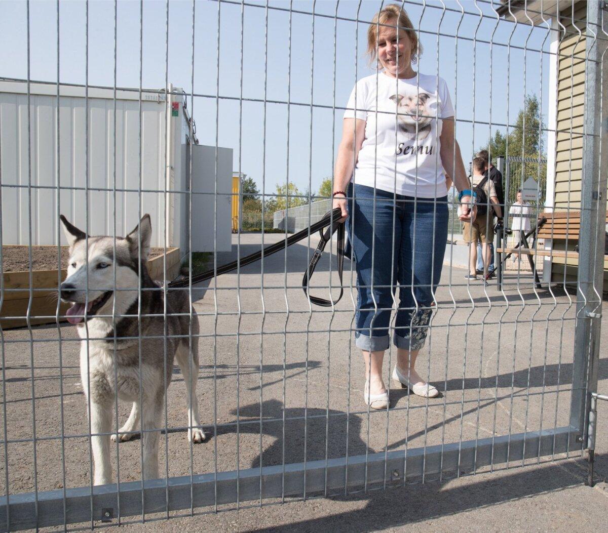 Tallinna varjupaiga juhataja Eve Tobias koos oma hoolealusega.