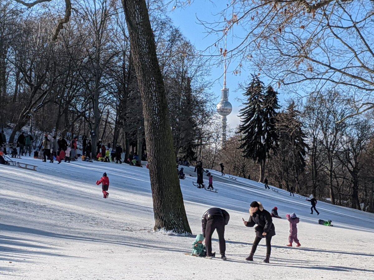Väidetavalt pole olnud sellist lumist talve Berliinis juba aastakümneid. Lumi püsis maas kaks nädalat, ajal, kui lapsed koolis ei käinud, pakkudes neile suurepärast võimalust pikad päevad lume ja talvepäikesega veeta.