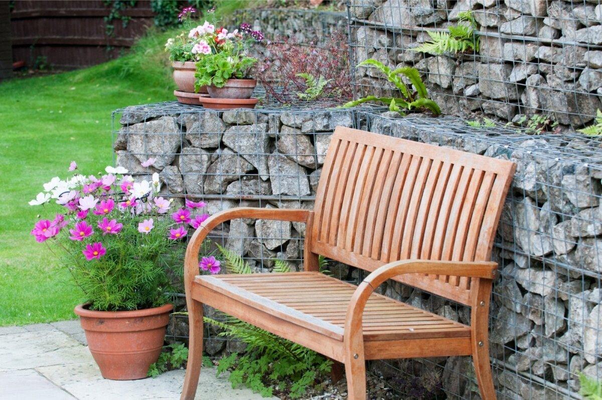 Puidust mööblit võib vabalt pesta ja iga hooaja algul võiks seda ka õlitada.