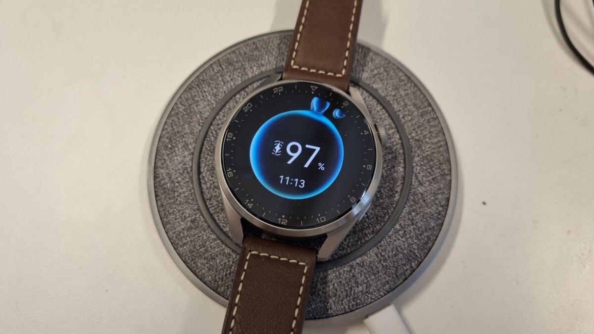 Huawei Watch 3 kell Moshi laadimisalusel