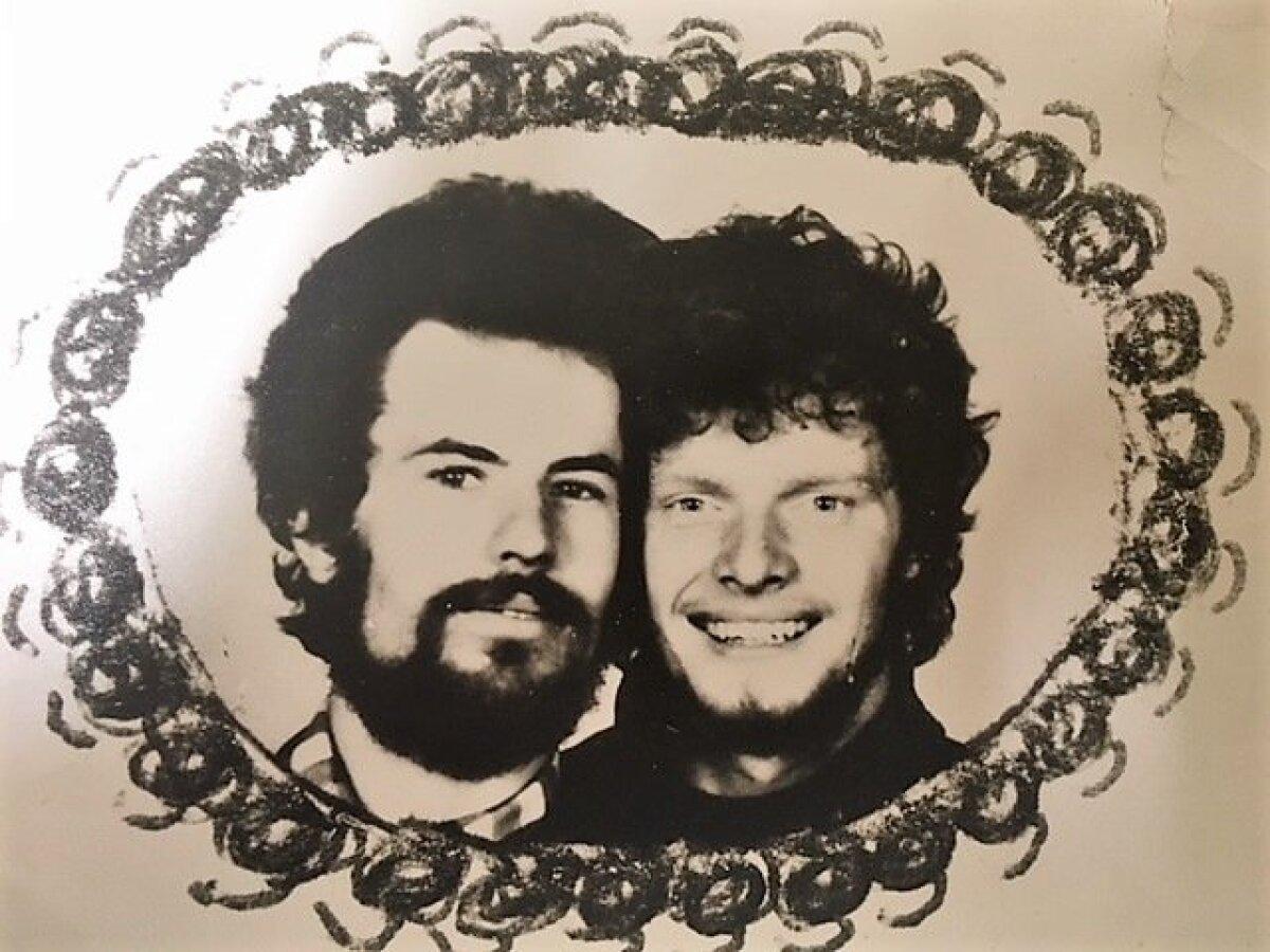 LAISKUS PÄÄSTIS: üliõpilased Hans H. Luik ja Rein Sikk Engelsi ja Marxina fotol aastast 1982. Ajakirjanike kursuse ainsad poisid, kes olid piisavalt laisad, et mitte ühineda kommunistliku parteiga.