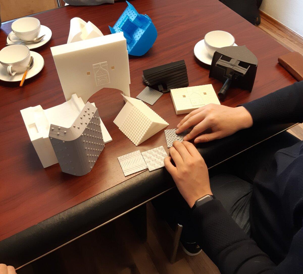 Jakob Rosin testimas erinevaid 3D prinditud laevamudeli fragmente.
