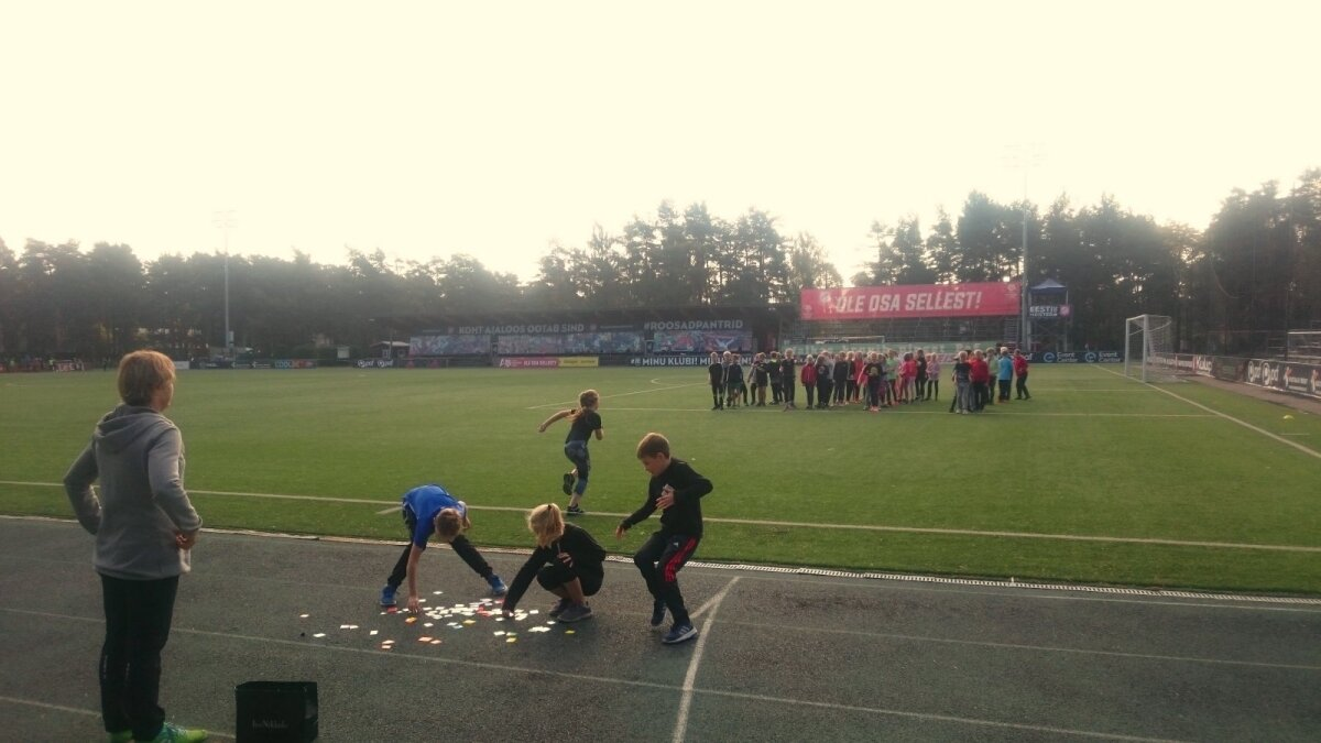 Algklasside teatejooksu võistlus udusel hommikutunnil Hiiu staadionil
