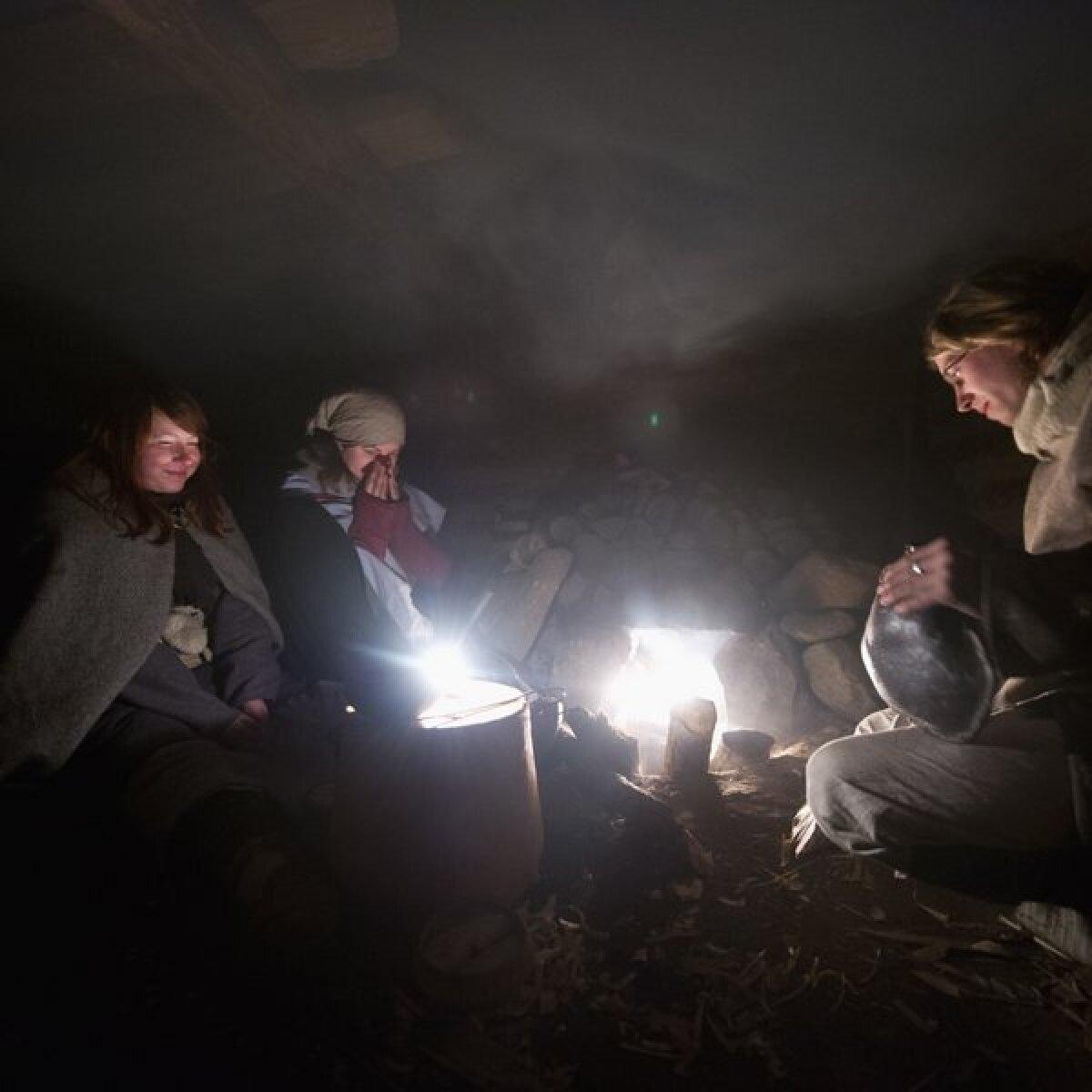 Enamus ajast möödub sooja ahju ümber, suitsu piir algab umbes meetri kõrguselt.Kui madalamal istuda siis suits väga ei häiri.Pildil Maarja Lainevoog, Kristin Otti ja Anti Lillak
