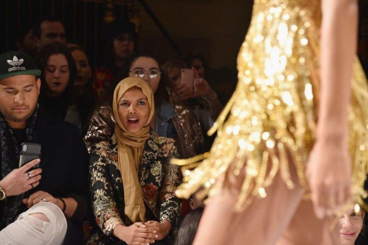 Халима Аден наблюдает за показом коллекции одежды Шерри Хилл
